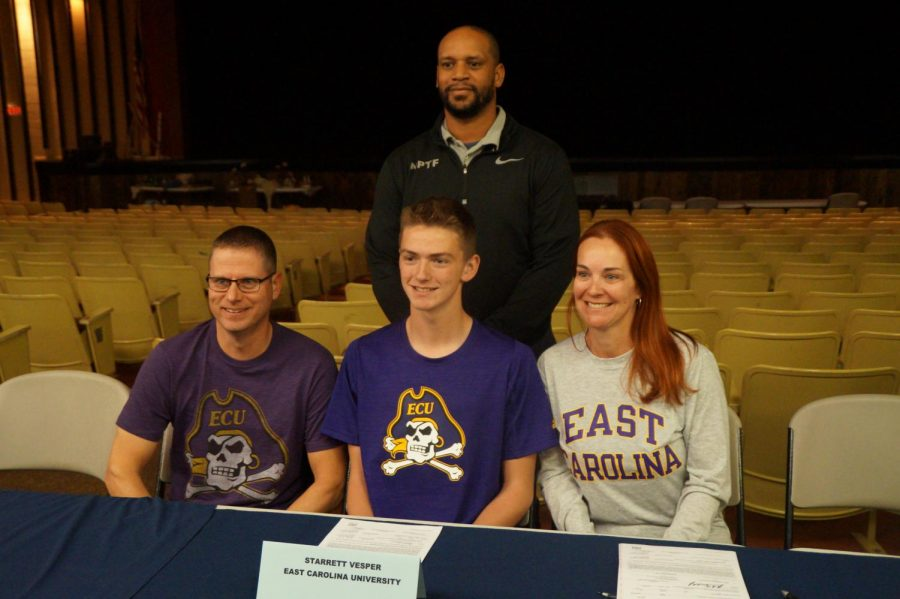 Starrett Vesper with his parents and Coach Jones at his signing day