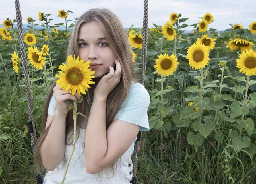 Chloe+Kaczkurkin+at+a+sunflower+field+in+Pennsylvania.